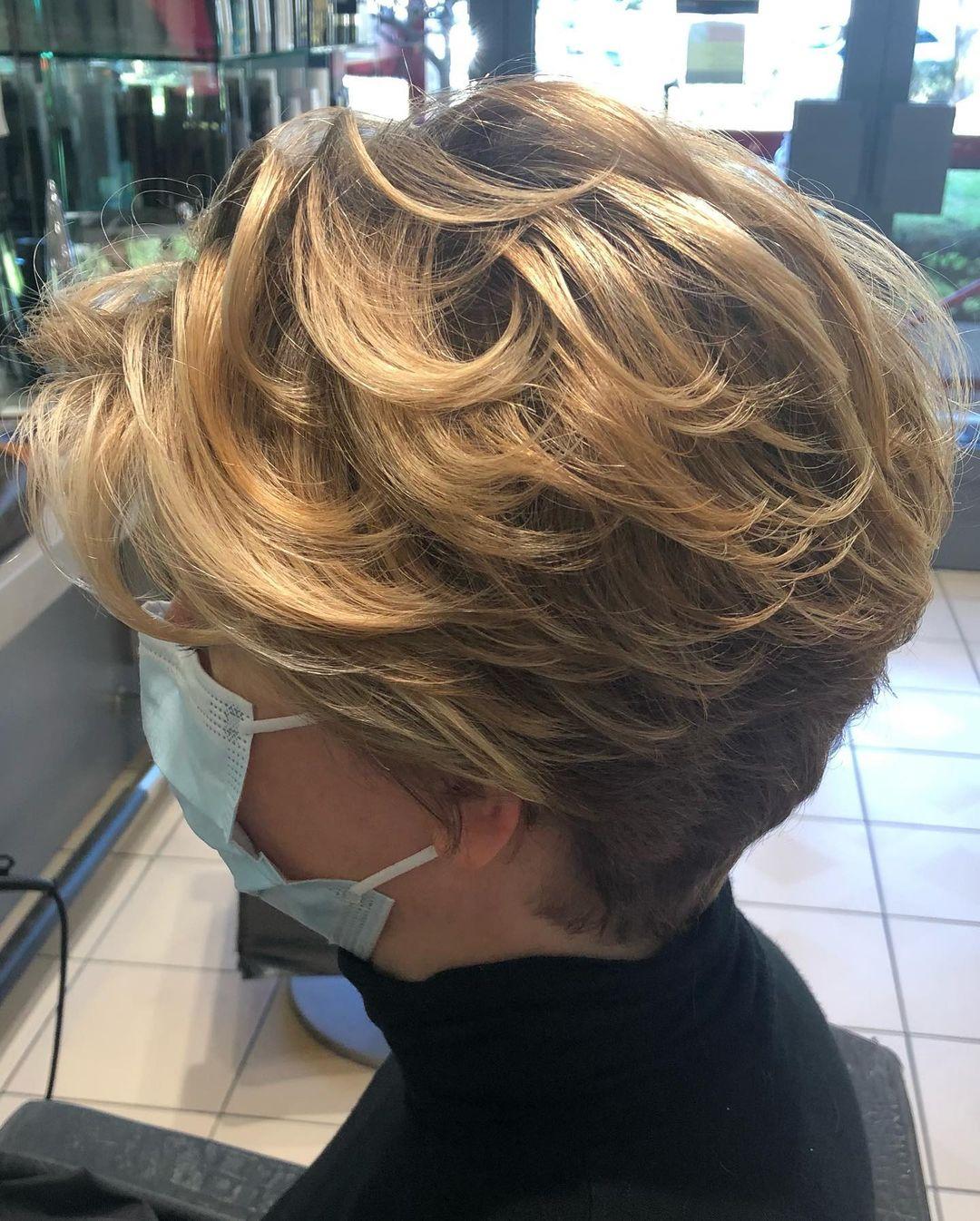 cheveux courts ondulés